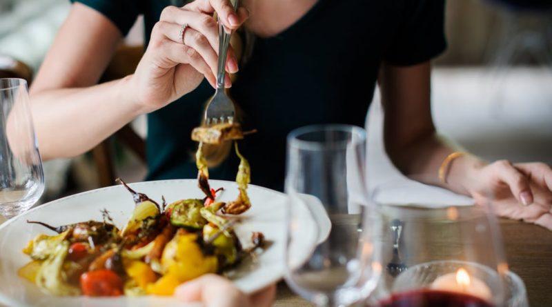 Comer sin distracciones puede contribuir a la perdida de peso